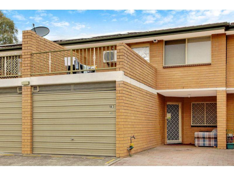 Quality 3 bedroom townhouse with pool & tennis court
