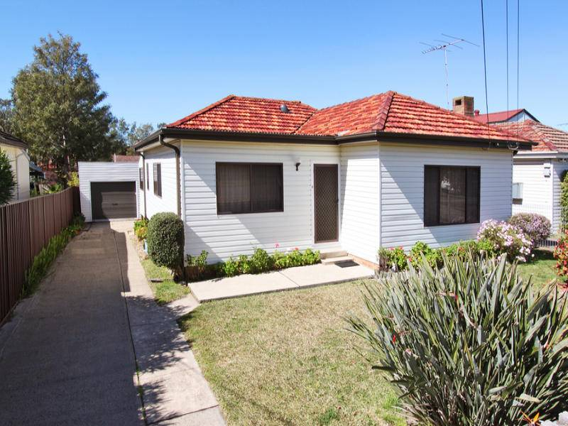 Four Bedrooms and Walk to Station!