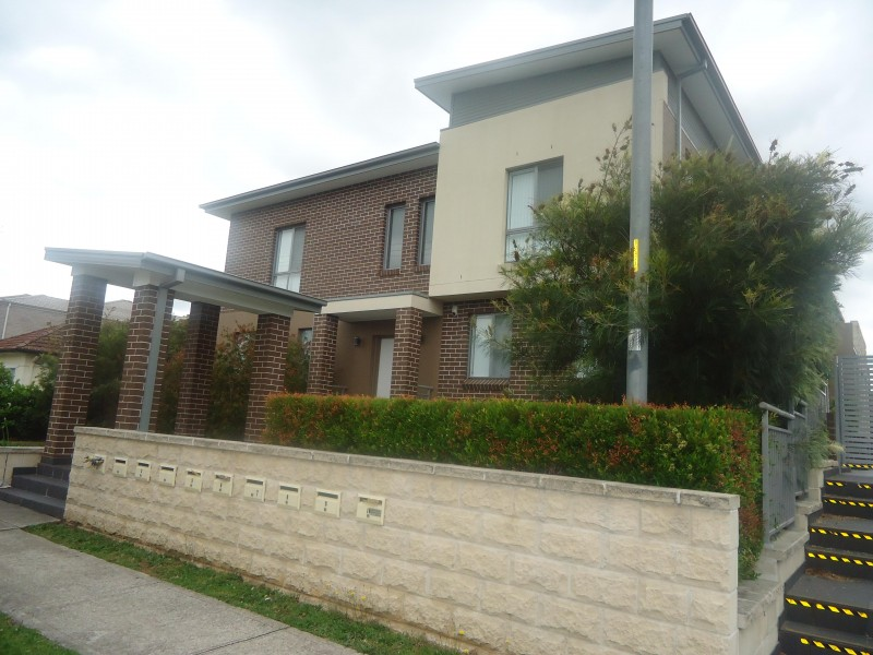 Impressive Townhouse with Minutes Walk to Station!